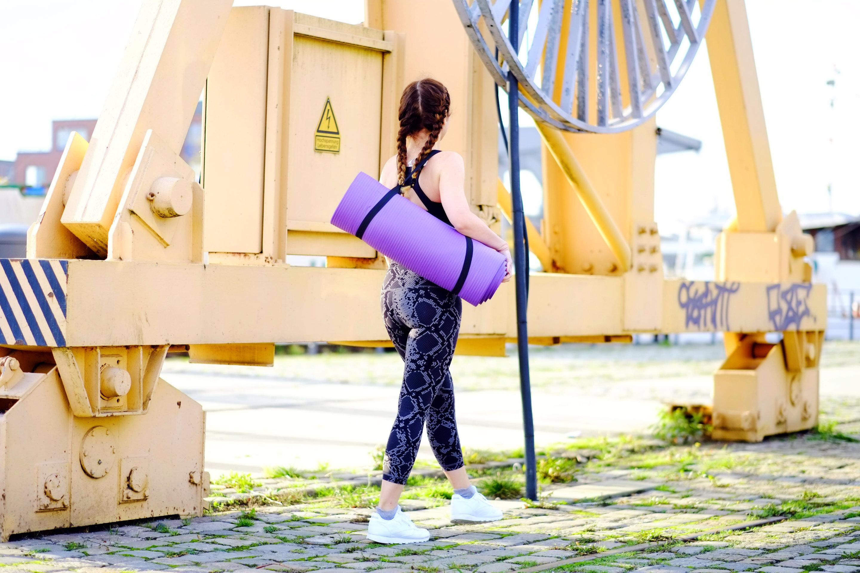 Yoga Kleidung und Matte mit Tragegurt
