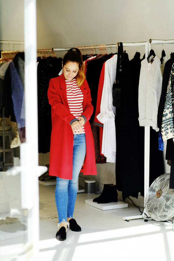 Modestil finden durch Anprobe von Kleidung