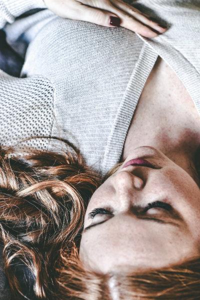 Schlafende Frau im Gedankenkarussell