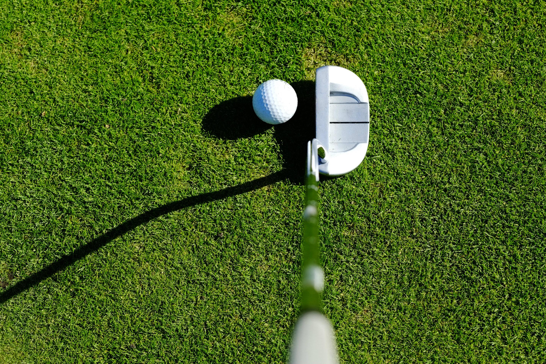 Golfschläger Putter und Golfball